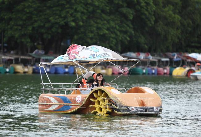 Du khách đi bơi thuyền tham quan