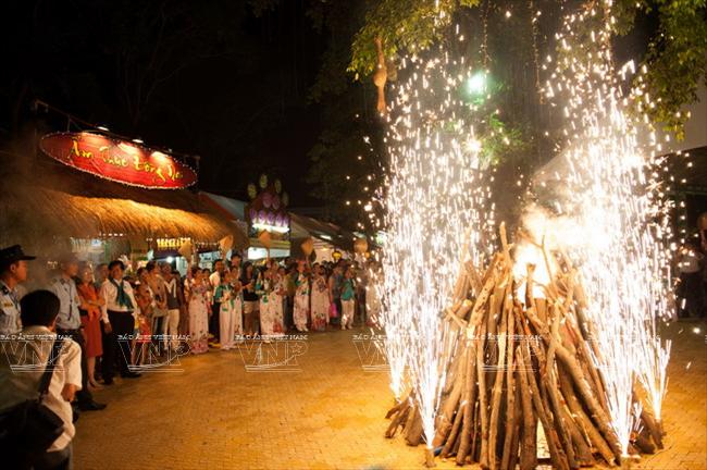 Đêm hội  đốt lửa trại tại công viên Đầm Sen