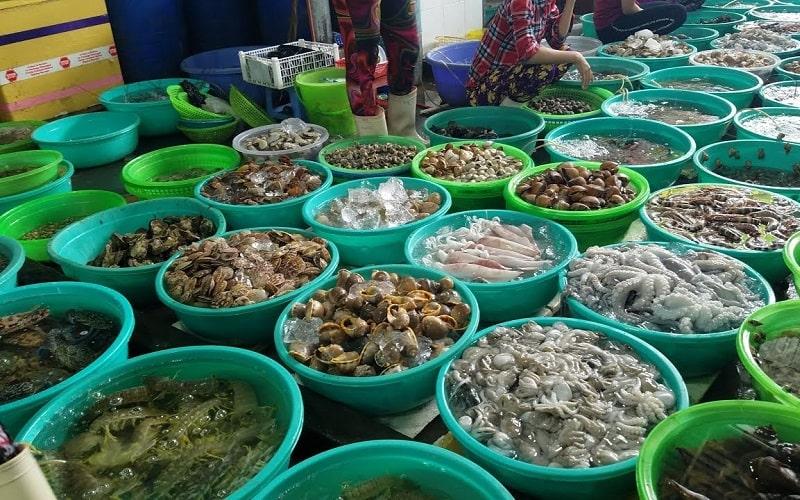 Các gian hàng hải sản trong chợ Tân Hiệp.