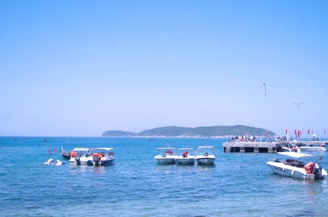 Đi ra đảo bằng Cano hoặc tàu chợ.