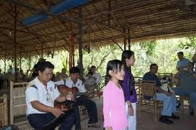 Du khách cũng có thể ngồi trong những nhà vườn nhấm nháp tách trà mật ong thơm ngọt và lắng nghe đàn ca tài tử