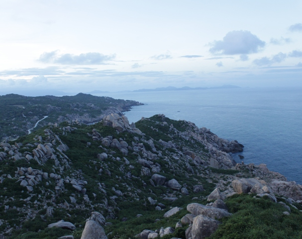 Trời biển, núi non nhìn từ đỉnh ngọn hải đăng