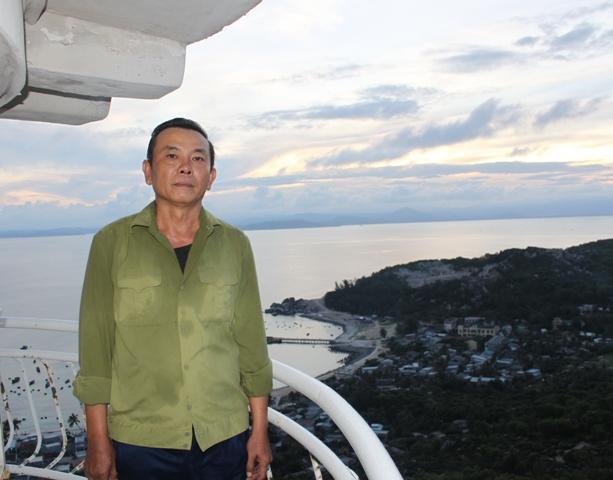 Và người trạm trưởng Nguyễn Ngọc Anh, vui vẻ luôn nhiệt tình hướng dẫn khách du lịch khi ghé thăm ngọn hải đăng