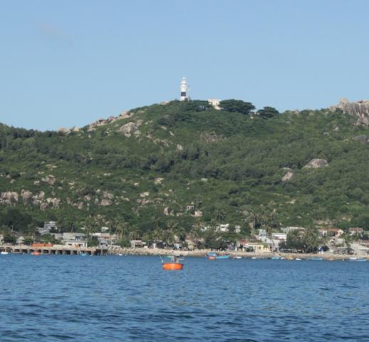Từ biển nhìn vào đảo Cù Lao Xanh với ngọn hải đăng kỳ vĩ ngày đêm sáng đèn báo hiệu cho tàu thuyền trên biển
