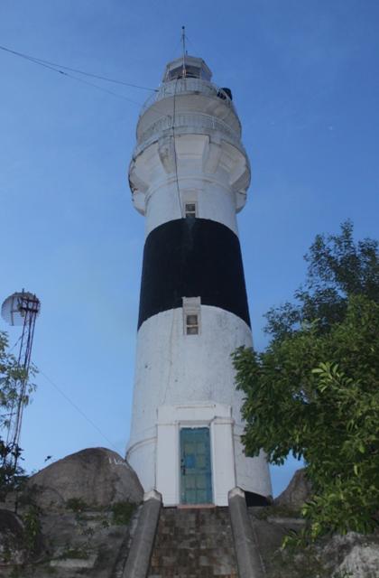 Trải qua hơn 100 năm nhưng ngọn hải đăng vẫn ngày đêm sáng đèn rọi sáng cho tàu thuyền ra vào an toàn