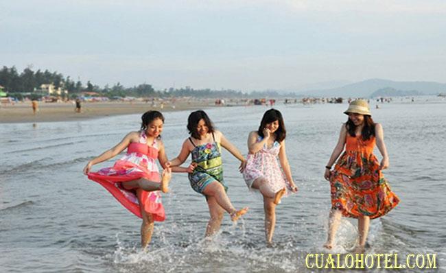 Thỏa sứa nô đùa trên biển vào mùa hè