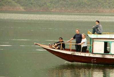Du khách nước ngoài du lịch Sông Đà