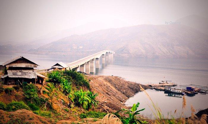 Cầu Pá Uôn bắc ngang dòng sông Đà
