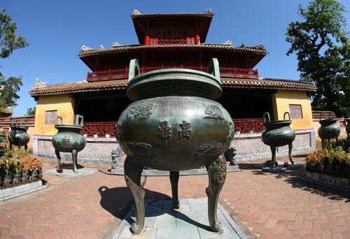 Cửu Đỉnh (9 đỉnh) đặt tại sân Thế Miếu trong Hoàng Thành