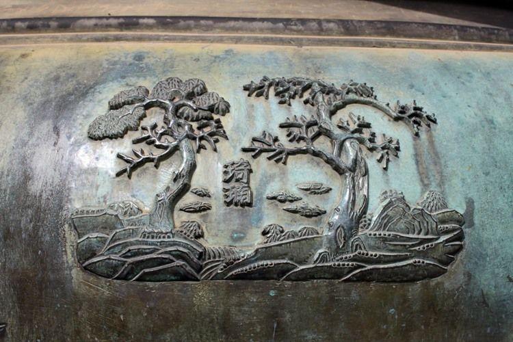 Về mỹ thuật, mỗi đỉnh có 17 bức hình chạm nổi chủ đề về trời biển, núi sông, chim, cá, hoa, quả và binh khí