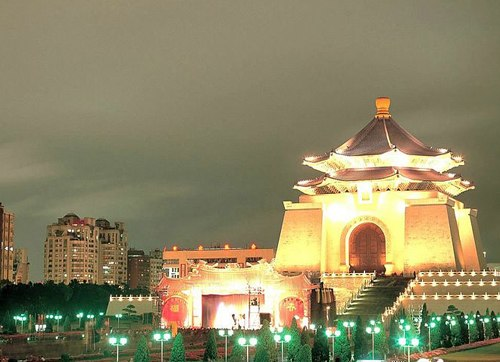 Lăng Tôn Trung Sơn rực sáng trong ánh đèn.