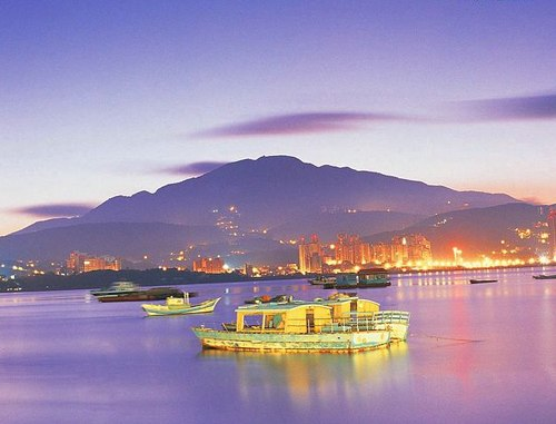 Đài Bắc nhìn từ biển.