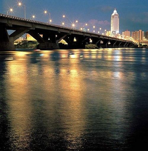 Cầu Đại Trực được thắp sáng bởi hệ thống đèn cao áp lớn.