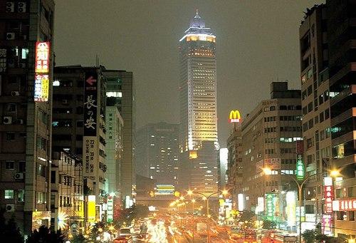 Đường phố Đài Bắc luôn tấp nập người và xe cộ.