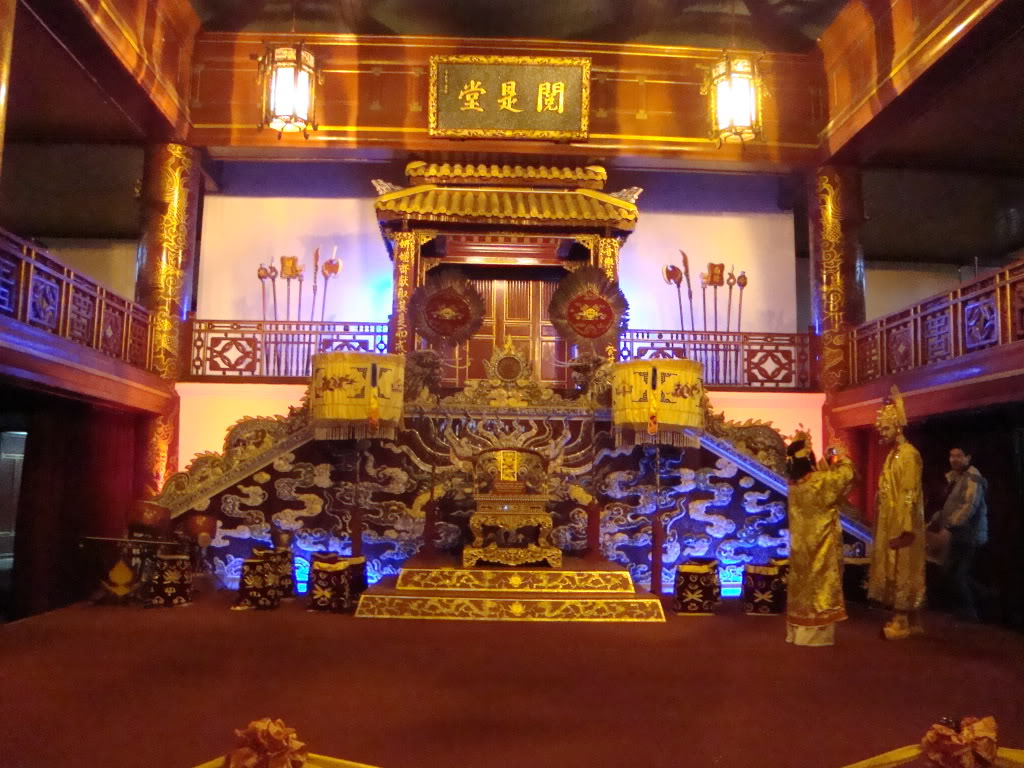 Nội thất cung điện thường được trang trí theo cùng một phong cách nhất thi nhất họa (một bài thơ kèm một bức tranh)