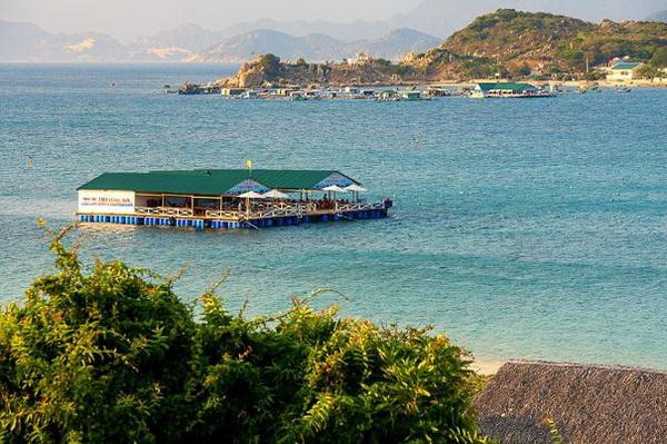 Mỗi ngày, cuộc sống của người dân trên đảo Bình Hưng diễn ra khá bình yên