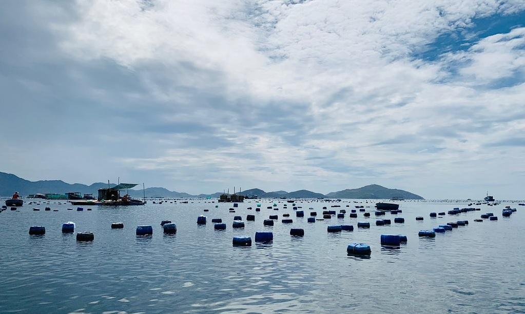 Bè nuôi cá của ngư dân trên đảo Bình Hưng.