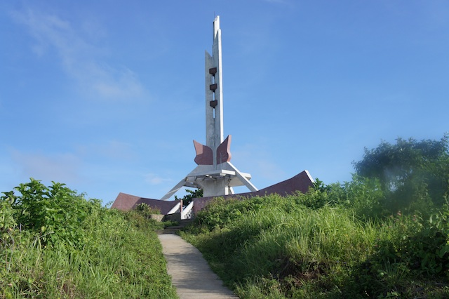 Đài liệt sỹ trên đâo, tưởng nhớ những chiến sỹ đã hy sinh để bảo vệ đảo
