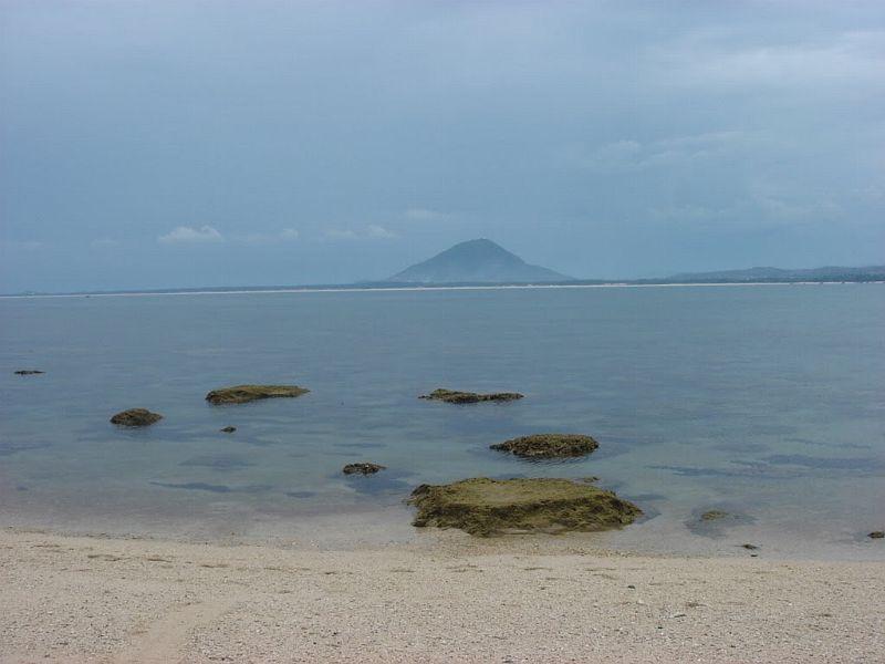 Khu vực quanh các đảo này có những rạn san hô có diện tích khoảng 100 ha...