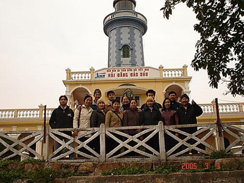 Du khách chụp ảnh lưu niệm tại hải đăng