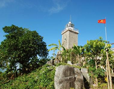 Trên đỉnh cao nhất của Hòn Khoai, hiện nay vẫn còn một cây hải đăng do người Pháp xây dựng từ cuối thế kỷ 19