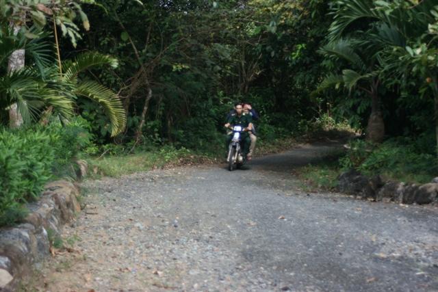 khám phá thiên nhiên, thăm quan các di tích lịch sử trên đảo