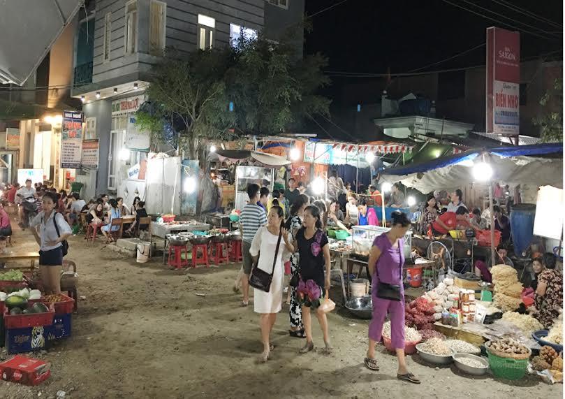 Các mặt hàng bày bán tại chợ đêm khá phong phú.