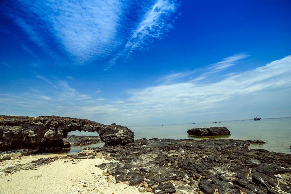 Cổng Tò Vò là điểm đến rất được yêu thích trên đảo.