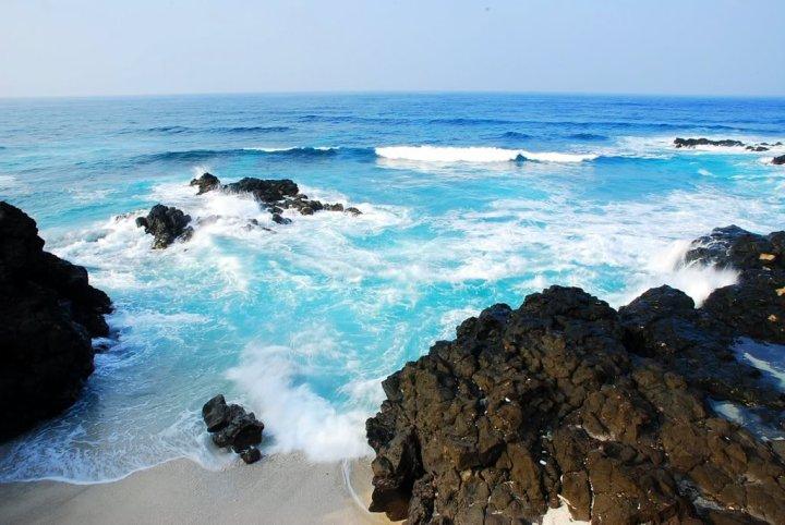 Nước biển xanh biếc tại đảo Bé.