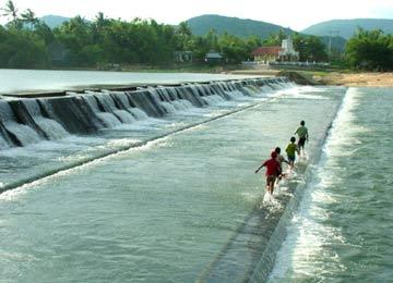 Chiều trên đập Tam Giang – Ảnh: KIM SA