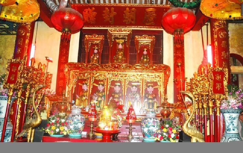 Bên trong đền