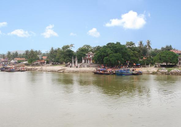 Đền Cờn nằm bên sông Hoàng Mai (Nghệ An)