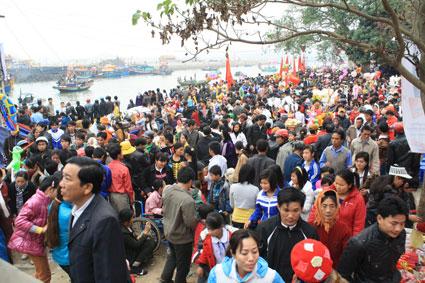 Lễ hội đền Cờn luôn thu hút du khách thập phương