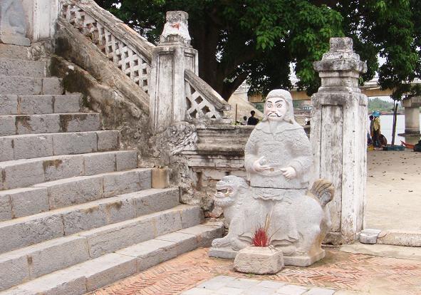 Tượng thờ Thánh trong đền Cờn