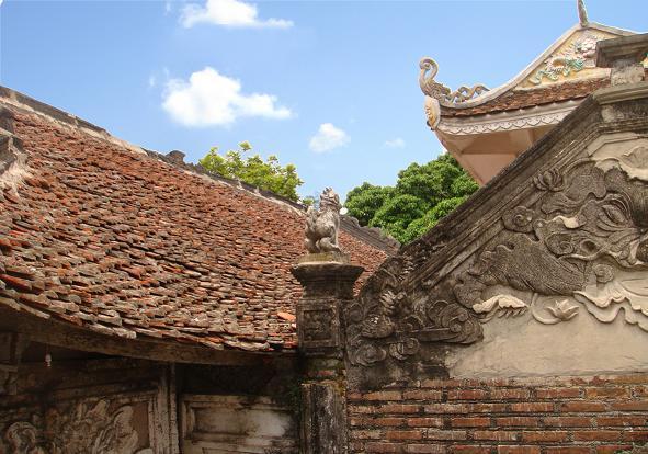 Mái đền có trang trí nhiều họa tiết hoa văn truyền thống