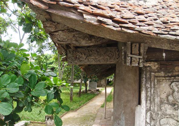 Một góc bên trong đền Cờn
