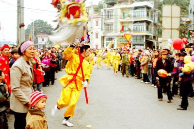 lễ hội với nhiều hoạt động văn hóa phong phú