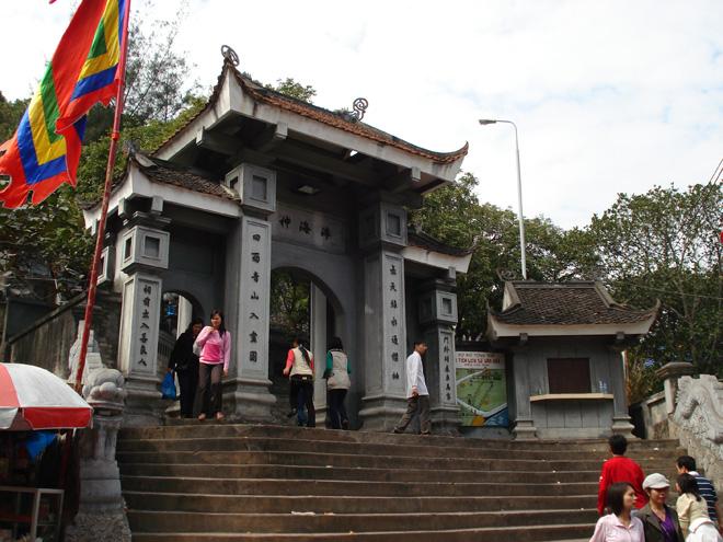 Khu vực Cửa Ông (xưa gọi là Cửa Suốt) là nơi Trần Quốc Tảng đóng quân đồn trú bảo vệ tuyến biên giới và lãnh hải phía đông bắc Việt Nam