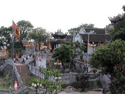 Ðền Cửa Ông là một trong những di tích nhà Trần nổi tiếng ở vùng Ðông Bắc