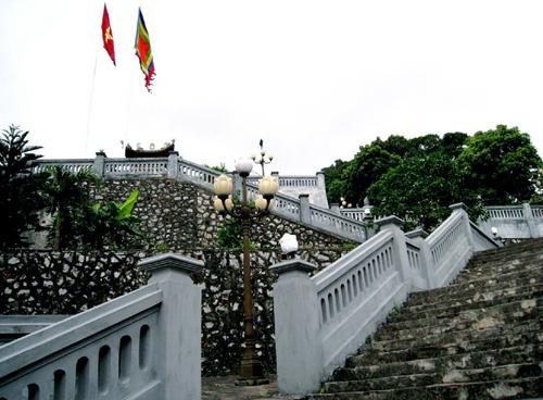 Đền tọa lạc trên một ngọn đồi cao khoảng 100 mét nhìn xuống vịnh Bái Tử Long ở phía nam,