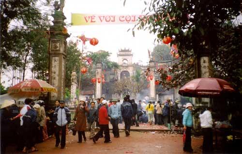 Người dân đi lễ hội Đền Cuông