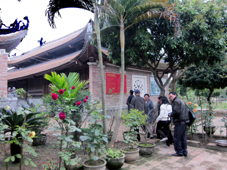 Du khách tham quan đền Đồng Cổ