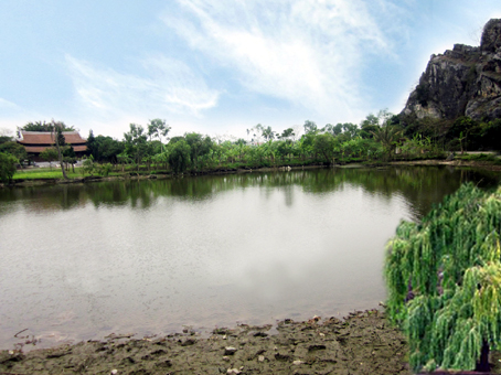 Hồ bán nguyệt trước đền