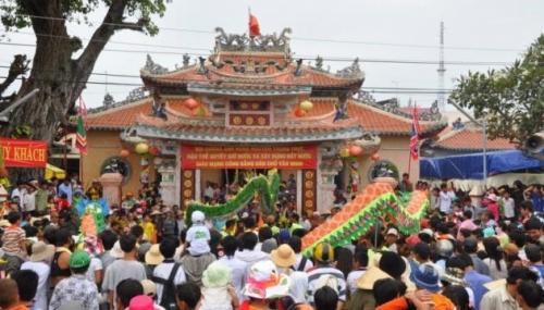 Người dân nô nức trong ngày lễ hội đền