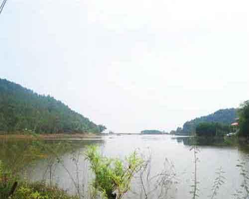 Phía trước đền là hồ Sóc Sơn rộng lớn,