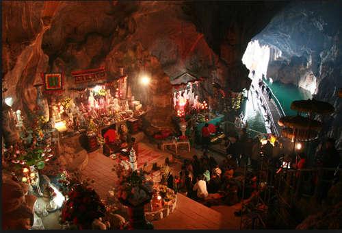 Mọi người ngồi bên trong đền Thác Bờ