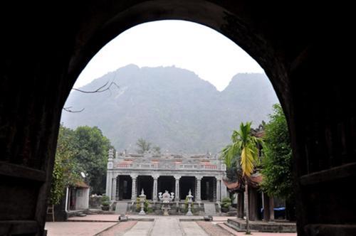 Bên tron đền Thái Vi