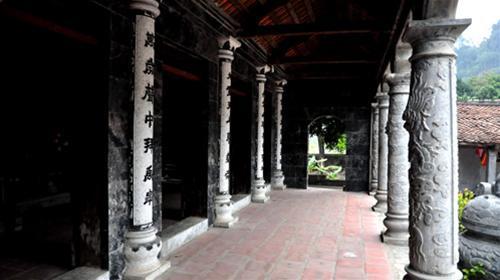 Phía hiên trước đền