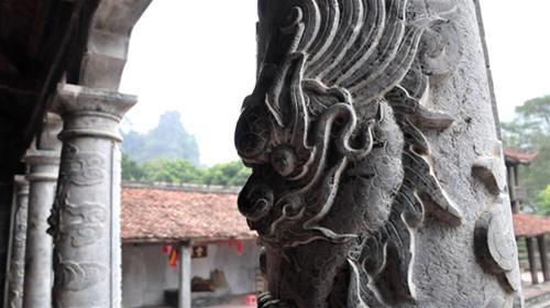 Hàng cột trước hiên có chạm nổi đầu rồng rất tinh sảo