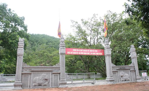 Cổng ngoại đền Bà Triệu – được làm bằng chất liệu bằng đá khối